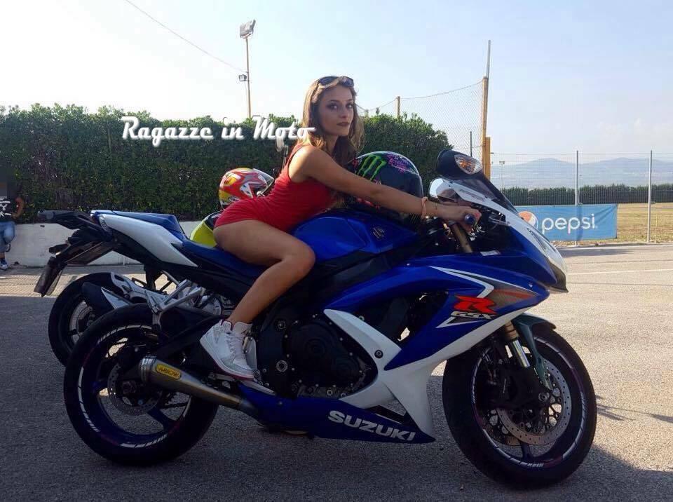 Benedetta_raggazze_in_moto